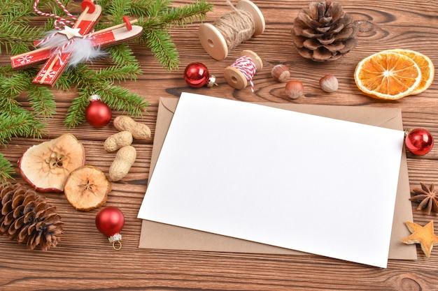 封筒、おもちゃ、エコ装飾が施されたクリスマスの背景。年末年始のナチュラルなデザイン。コピーする場所。フラットポジション、上面図。