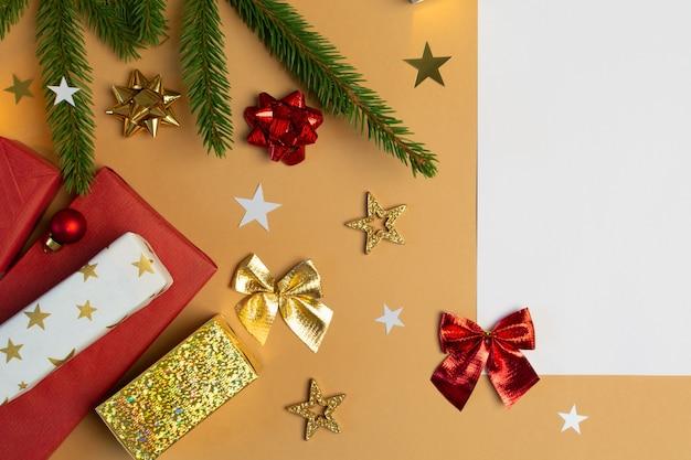 빈 흰색 종이 선물 상자와 크리스마스 배경 베이지색에 전나무 나무 활
