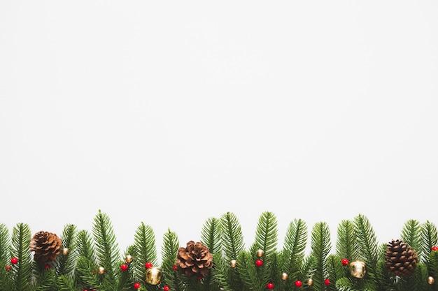枝で作られたボーダーとクリスマスの背景モミ装飾とクリスマスツリー