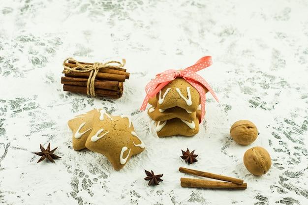 크리스마스 배경에는 크리스마스 쿠키, 계피 스틱, 아니스 별이 있습니다. 평면도. 겨울 방학을 위한 축제 인사말 카드