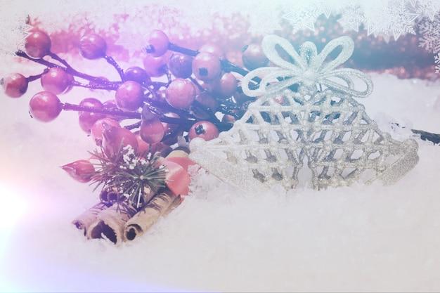 シナモンの果実、雪片とレトロな効果を持つのクリスマスの背景