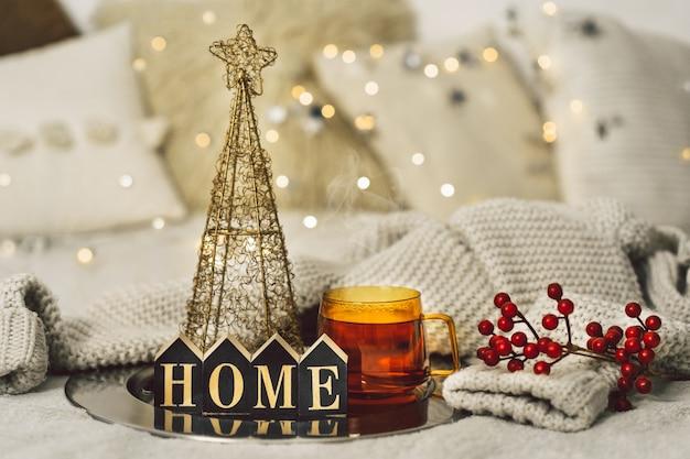 Новогодний фон с чашкой чая в гостиной