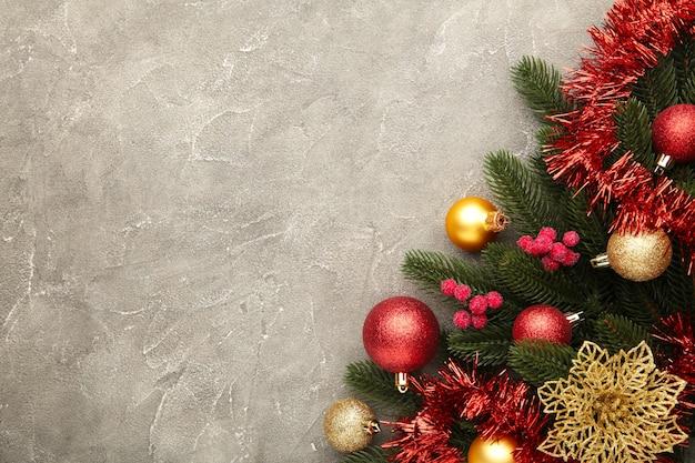 Новогодний фон с украшениями и подарочной коробке на сером фоне. вид сверху.