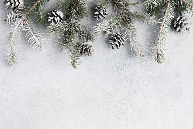 회색 질감 보드 또는 테이블에 장식과 선물 상자가 있는 크리스마스 배경