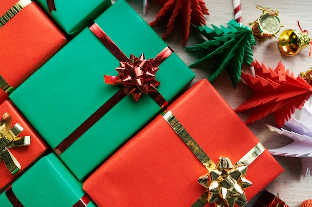 装飾と木製の背景にギフトボックスとクリスマスの背景。