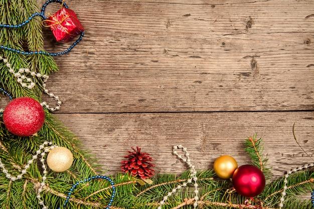 Новогодний фон с украшениями и подарочными коробками на деревянной доске, пустое место для текста