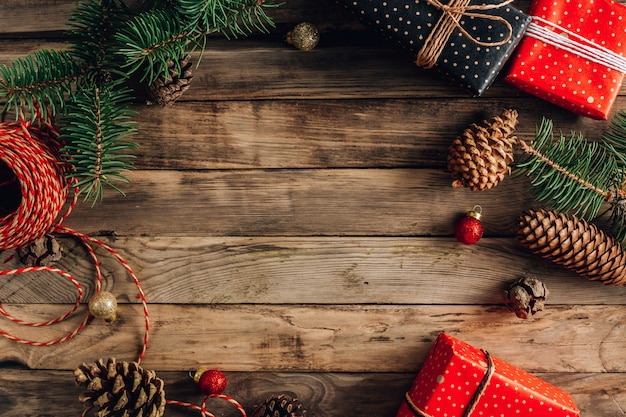 Новогодний фон с украшениями и подарочными коробками на деревянной доске. вид сверху. место для текста