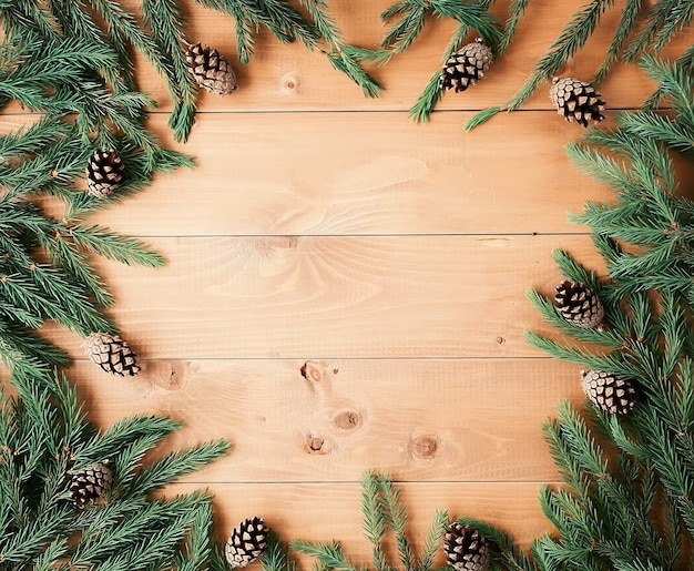 Новогодний фон с украшениями и подарочными коробками на деревянной доске