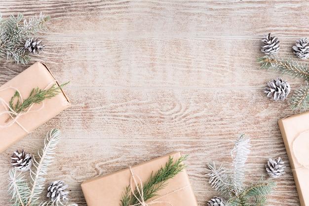 Новогодний фон с украшениями и подарочными коробками на деревянном столе. плоская планировка, вид сверху. новогодняя композиция