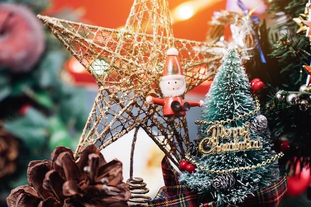 Новогодний фон с украшениями и подарочными коробками на деревянных