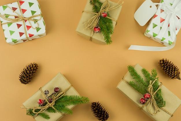 베이지색 배경에 장식과 수제 선물이 있는 크리스마스 배경, 복사 공간, 위쪽 전망, 평평한 평지