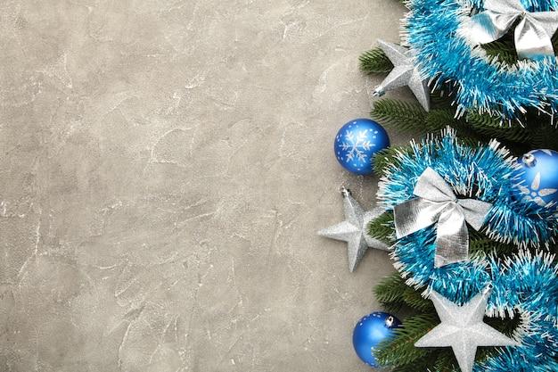 青い木の板に装飾が施されたクリスマスの背景。上面図。