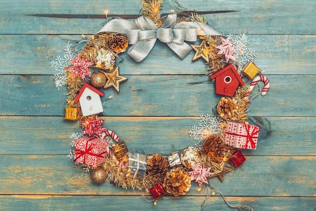 木製の背景に装飾が施されたクリスマスの背景。コピースペースのある上面図