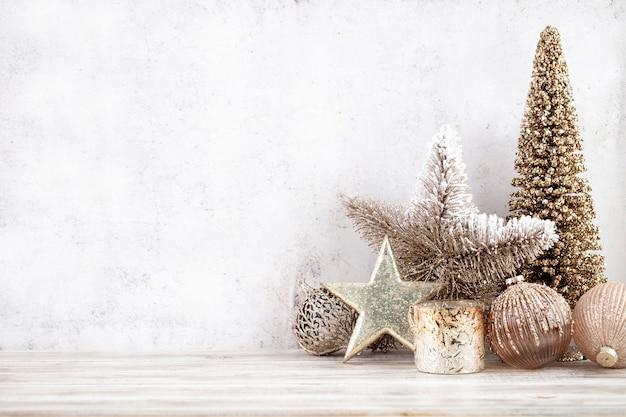 Новогодний фон с декоративной звездой, елочными шарами и золотым деревом.