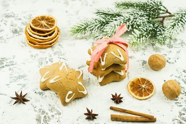 마른 오렌지, 크리스마스 쿠키, 계피 스틱, 아니스 별이 있는 크리스마스 배경. 겨울 방학을 위한 축제 인사말 카드입니다.