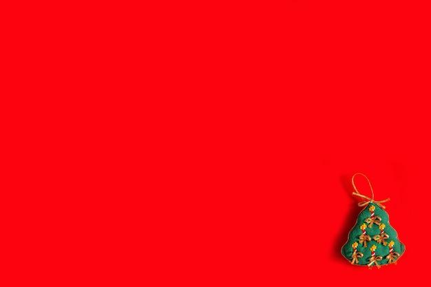 赤い背景、休日、新年、クリスマスのコンセプトに刺繍されたクリスマスのおもちゃとクリスマスの背景。