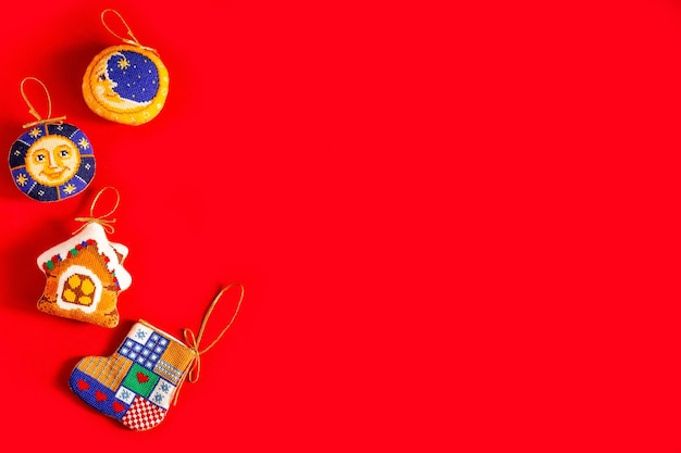 赤い背景に刺繍されたクリスマスのおもちゃとクリスマスの背景