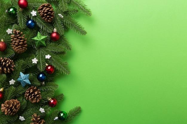 モミの枝とクリスマスの装飾とクリスマスの背景。上面図、テキスト用のコピースペース
