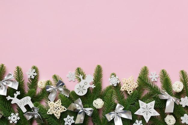 전나무 가지와 크리스마스 장식으로 크리스마스 배경입니다. 상위 뷰, 텍스트 복사 공간