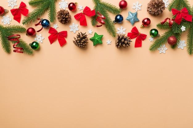 Новогодний фон с еловыми ветками и рождественским декором. вид сверху, скопируйте место для текста