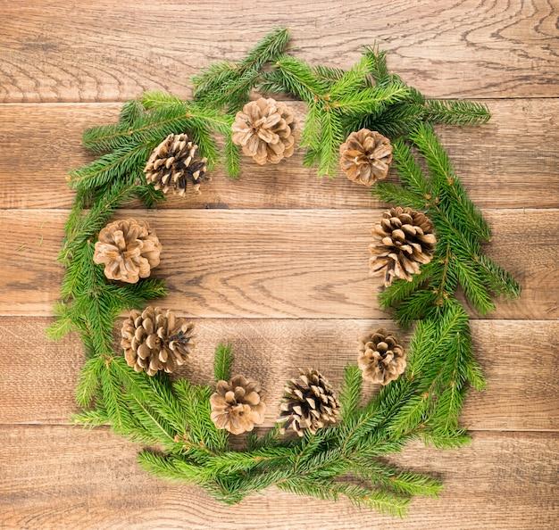 木製のテーブルにモミの枝でクリスマスの背景