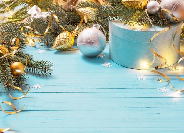 전나무 지점과 공을 크리스마스 배경