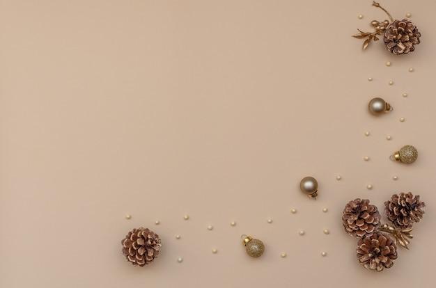 전나무 콘, 황금 구슬 및 크리스마스 장식 크리스마스 배경.