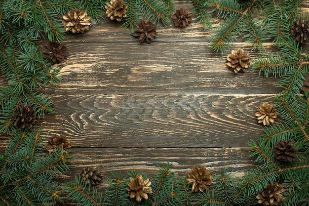 暗い木の板にモミの木と装飾とクリスマスの背景
