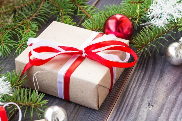 木の板にモミの木と装飾とギフトボックスとクリスマスの背景。