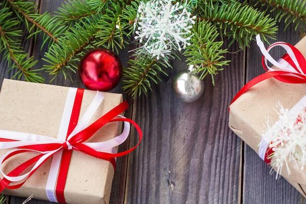 モミの木と木の板の装飾とギフトボックスとクリスマスの背景。