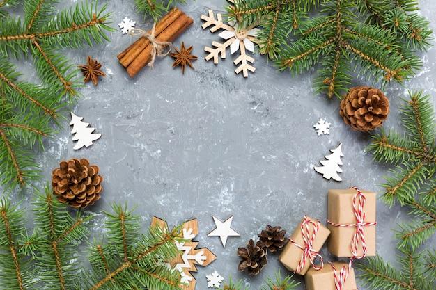 Новогодний фон с елкой и подарочной коробкой