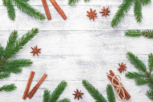 전나무 나무와 나무 테이블에 향신료와 크리스마스 배경. 평면도. 텍스트 복사 공간 - 이미지