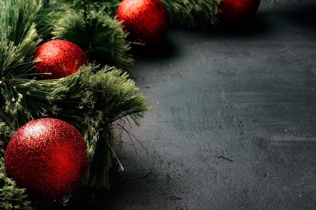 전나무 나무 가지와 복사 공간 검정에 빨간 싸구려 크리스마스 배경