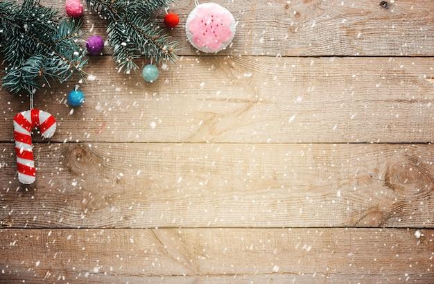 전나무 나무 가지와 크리스마스 배경, 크리스마스 트리 장식품과 떨어지는 눈을 느꼈다