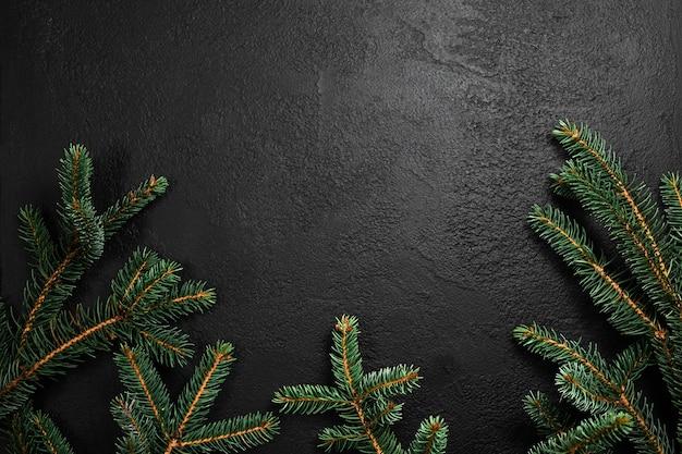 검은 콘크리트에 전나무 나무 가지와 크리스마스 배경