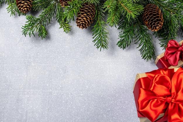 モミの木、ギフトボックス、キャンディケインとクリスマスの背景。