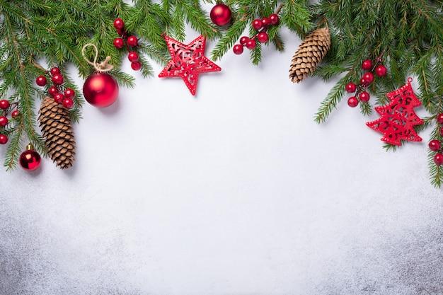 Новогодний фон с елкой, красными и золотыми подарками. вид сверху копировать пространство - изображение