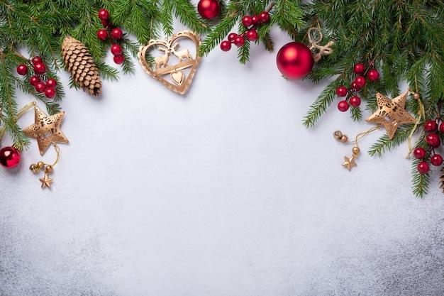 Рождественский фон с елкой, красными и золотыми подарками