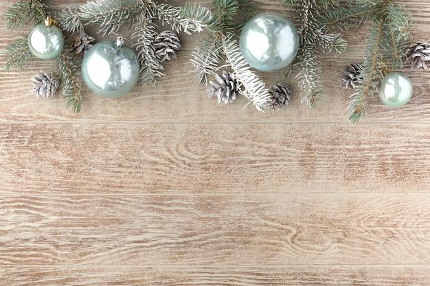 モミの木、クリスマスボールと装飾とクリスマスの背景。上面図、フラットレイ、コピースペース
