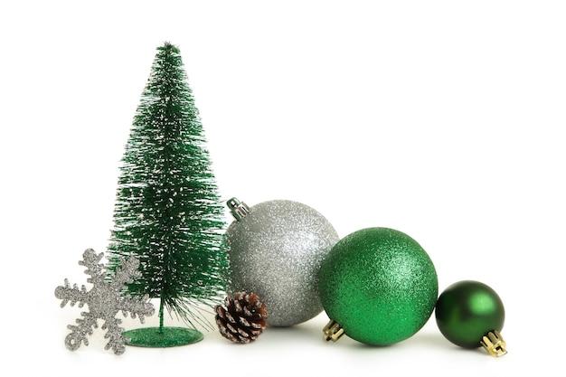 モミの木と白い背景で隔離のクリスマスの装飾とクリスマスの背景。上面図