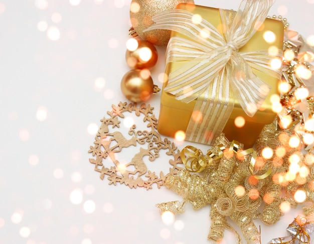 Новогодний фон с подарком и украшения