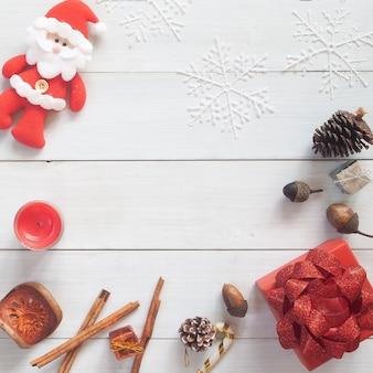 ギフトボックスと装飾が施されたクリスマスの背景。コピースペースのある上面図