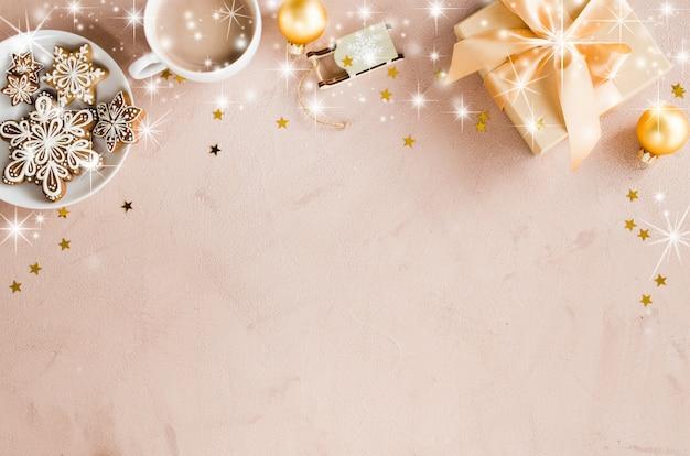 Новогодний фон с подарочной коробке, какао и пряники.