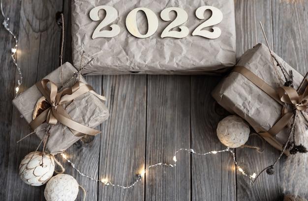 ギフトボックスと木の番号2022、フラットレイとクリスマスの背景。