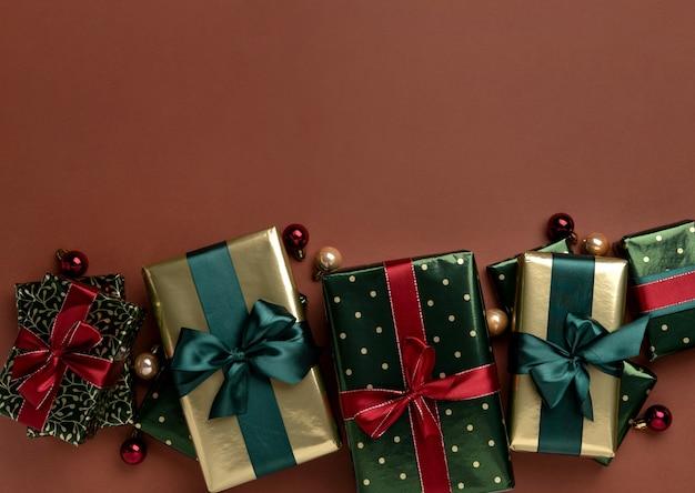 茶色の背景にギフトボックスサテンリボンとクリスマスの背景