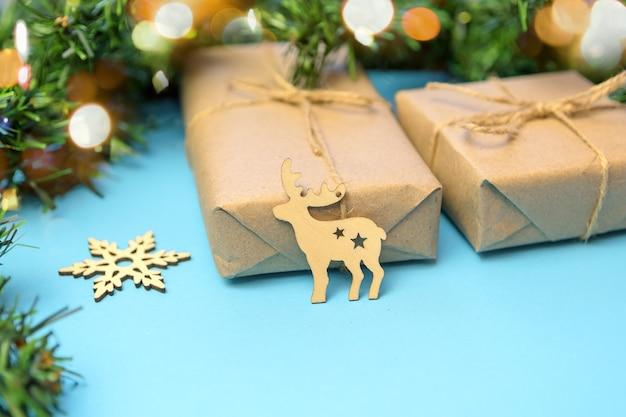 공예 종이에 선물과 파란색 표면에 크리스마스 트리 크리스마스 배경.