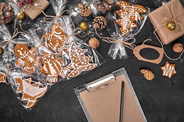 진저 브레드 쿠키와 종이 복사 공간의 공예 시트와 크리스마스 배경