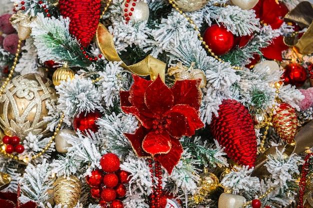 Новогодний фон с золотыми и красными шарами