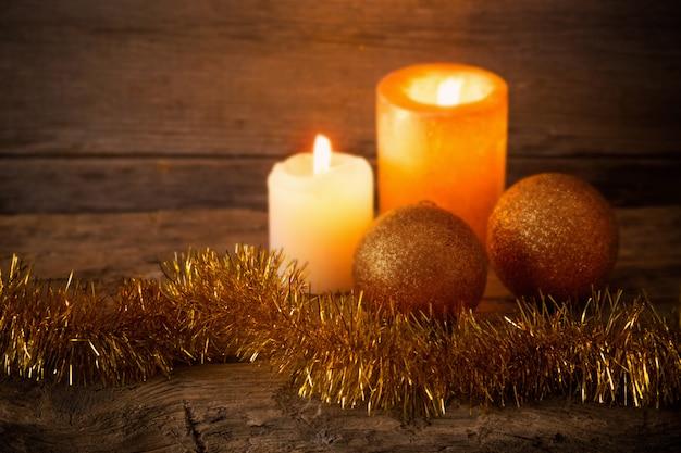 황금 장식으로 크리스마스 배경