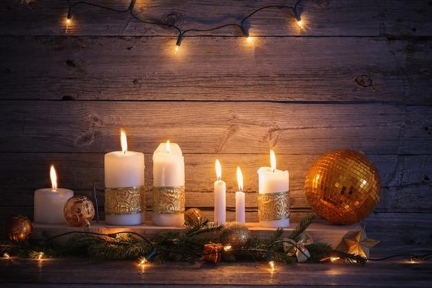 金色の装飾が施されたクリスマスの背景